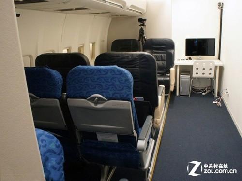 配有飞机座椅和行李架来模拟实际