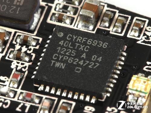 雷蛇奥罗波若蛇游戏鼠标上盖电路板中部设计有鼠标无线射频芯片,与