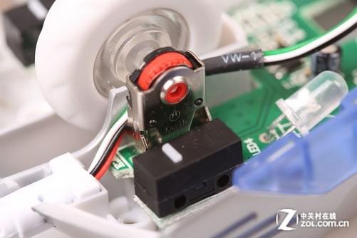 鼠标内部连接线均采用可插拨式设计,不仅看起来比较舒服,实用性也比较