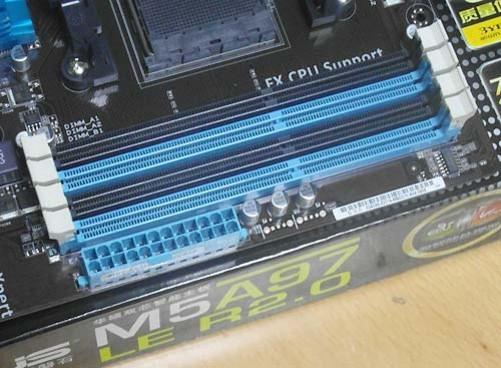 华硕M5A97 LE R2.0主板背部接口同样丰富。板载2个USB3.0接口,12个USB2.0接口,8声道高清音频输出接口以及千兆网卡和满足游戏玩家需求的PS/2接口。  编辑点评: 华硕M5A97 LE R2.0主板面向中端市场,AMD970+SB950的组合完美支持AM3+接口处理器。该主板选用高品质固态电容,用料扎实,搭配华硕独家双智能处理器和USB3.