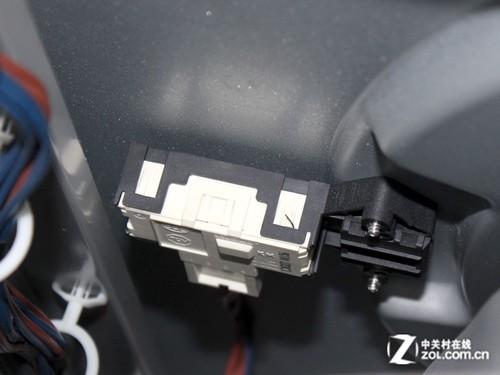 虽然洗衣机的门锁是扳动式的,但是在洗衣机运行的时候,滚筒仓门会