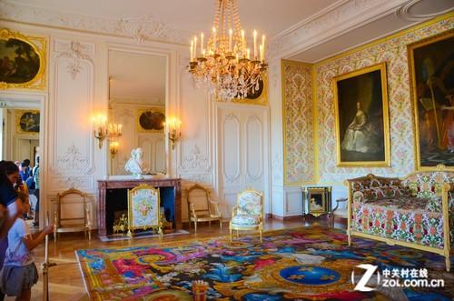 内壁和宫殿圆顶上布满的西式油画仿佛在诉说着昔日