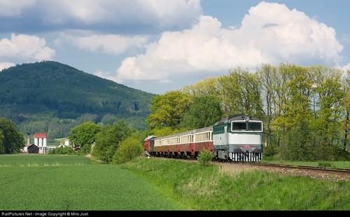 /slide/447/4471459_1.html dcdv.zol.com.cn true 中关村在线 http://dcdv.zol.com.cn/447/4471459.html report 294 有一批人群,他们对火车及铁路的热爱高于常人。他们是重型机械设备的忠实拥护者。他们不仅感受火车在铁轨路上的撞击声,同时还关注着各种有关火车的新的信息。这群人虽然更爱古董的蒸汽机车头,但也不排斥磁悬浮技术。此次我们在网络上搜集了海量国外摄影师拍摄的火车及.