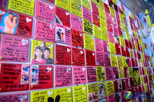大c游世界 韩国首尔南山塔祈福的瓷砖-中关村在线
