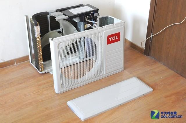 防锈、防雨是室外机遭遇的最大的挑战,TCL 空调室外机采用了烤漆钢板,漆面平滑,起到良好的防水效果,镀锌自攻螺丝的使用,避免因螺丝松动导致的空调外机的损坏 更重的机身设计,意味着空调更为扎实的用料和更沉重的散热片面积,利于热交换的进行。产品背部配有防护网,有别于市场其他产品。 这款变频空调左侧上缘采用了包边设计,内部深度超过3cm,可直接当把手使用,空调右侧防护盖采用把手样式,有利于空调室外机搬运和安装,细节设计到位。 空调室外机的冷凝管采用了TCL独家的纳米钛金材料,因此显现出与众不同的金色样貌,能够有