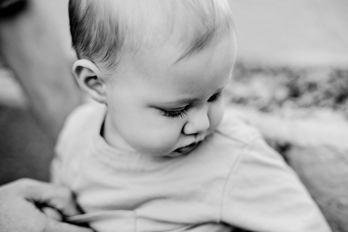 小孩可爱黑白照片