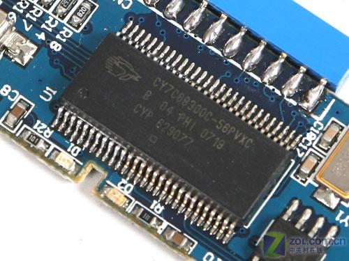 帝国808移动硬盘盒内部使用了蓝色小型pcb电路板