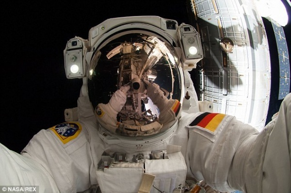 国际空间站宇航员太空行走中玩自拍(图)
