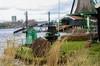 仰视荷兰风车村的巨大风车