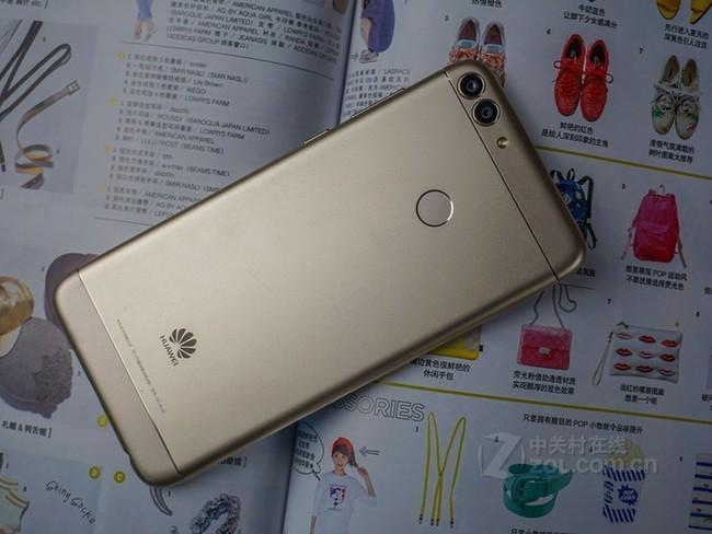 华为畅享7S的屏幕尺寸为5.65英寸,分辨率2160x1080像素,像素密度别为427ppi。正面视觉上下对称带来了很好的观感,屏幕玻璃的手感也明显好于上代产品。 配置方面,华为畅享7S处理器为海思 Kirin 659,主频为2.36GHz(大四核),1.7GHz(小四核),机身内存为3GB,实际操作视听享受上非常流畅。3000mAh电池是标准水平,为该产品的续航力性能带来了保证。 本次华为畅享7S新品因采用了当下广为使用,使得整体更加简洁并完美的贴合手面,使握持变得更加轻松。机身颜色也涵盖了:金色,黑色