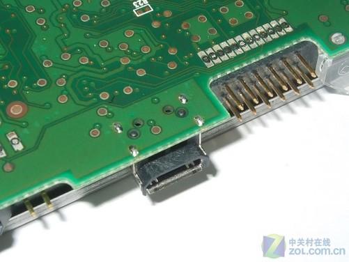 点评:俗话说鱼与熊掌不可兼得,有利就有弊,由于USB接口被集成到硬盘上,这样一旦产品出现问题,则很可能意味着整个硬盘损坏。如果说内部没有什么重要资料还好,可以找西部数据进行维修或者更换,但如果内部存有重要资料则很棘手,要知道硬盘厂商是不会对数据进行质保的。反观主流移动硬盘由于有一个独立的PCB电路板转换接口,,根据统计出现故障的产品约有三分之一是这个电路板或者上面的控制芯片出现问题,但硬盘本身还是完好的,这样就给备份数据提供了很大帮助。