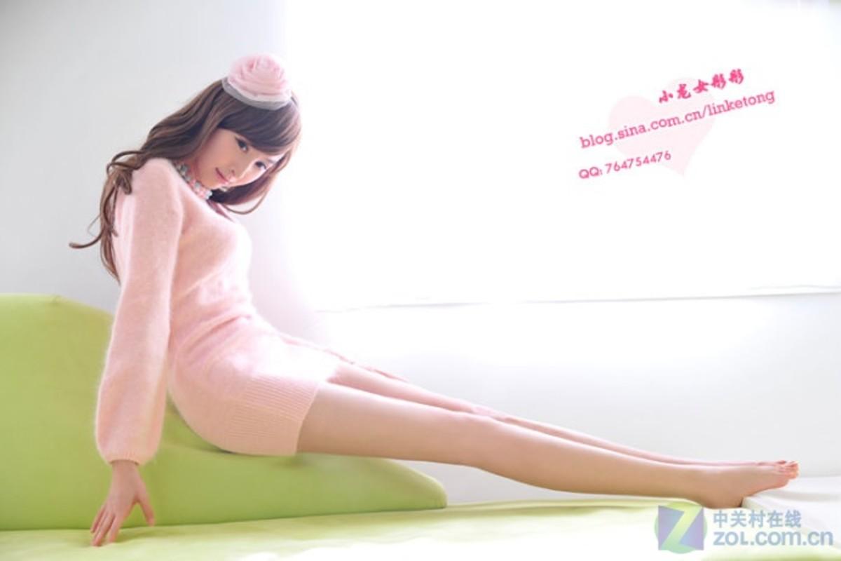 【高清图】小龙女彤彤鼓励网友粉红毛衣秀美腿 图5图片