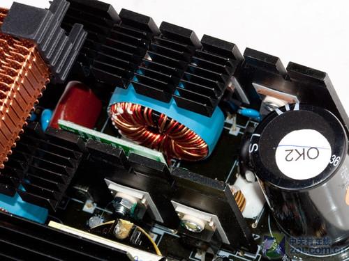 电源配有一块cm6800g ic控制芯片,这款pwm/pfc控制器在多款电源