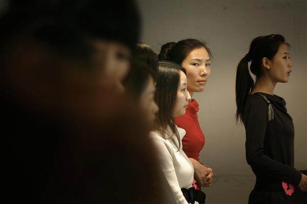 10位来自不同商家的美女导购正在准备登台展示才艺。