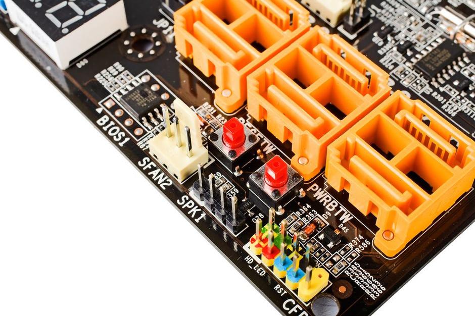 12月18日消息,据七彩虹内部人士透露,七彩虹6系列产品已经准备就绪,正式产品已经完成,并将择时出货。首批登场的6系列产品隶属于战旗系列,型号包括战旗C.P67 X5以及战旗C.H67 X5。均采用红黑配色方案,全固态阵容。并且拥有相对夸张的供电设计。其中战旗C.P67 X5采用了多达14相的供电,支持SATA3.