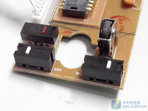 雷柏v15鼠标主电路板通过螺丝固定在鼠标底盘上,保证了电路板固定稳固