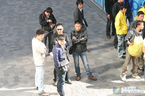 组图:iPad 2中国发售 2000人排队盛况