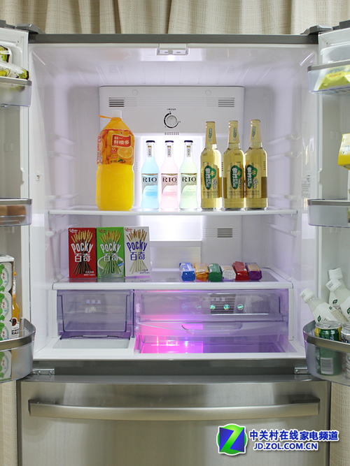 海信欧式多门冰箱中间储藏空间的设计,前面我们介绍到两层可拆卸隔板