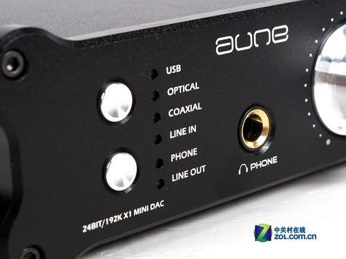 aune X1采用全金属外壳,能够很好地屏蔽环境中的电磁干扰,通身黑色能够和大多数电脑主机或笔记本搭配,而且显得稳重干练,很有质感。外形大体为长方体,棱角部分进行了圆角装饰。机身正面设计有音量旋钮、状态指示灯和耳机接口等,背面则是多种规格的音频输入接口。