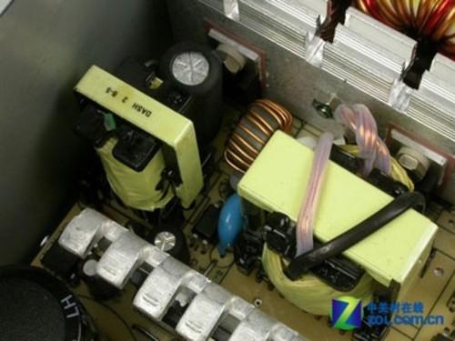 电源变压器 上图中的变压器,最大的为12V主变压器,另外一个小的为5VSB待机电路变压器,中间黑色的磁线圈是3.3V磁放大线圈。